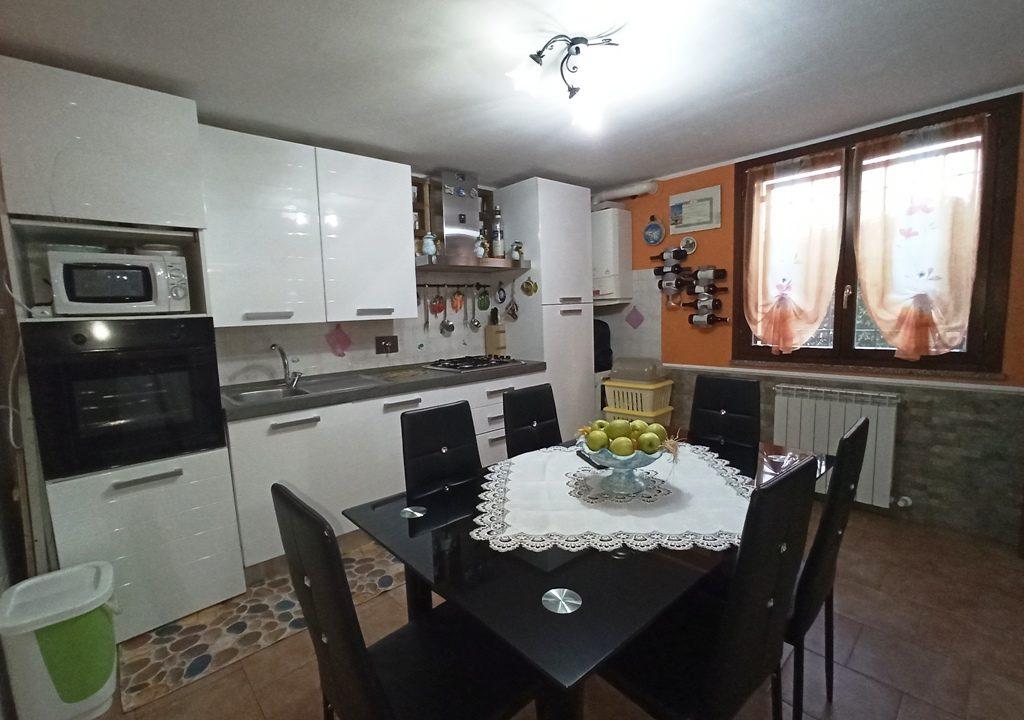 cucina appartamento con giardino Torrile