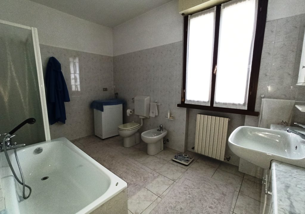 bagno appartamento con 3 camere Mezzano Superiore