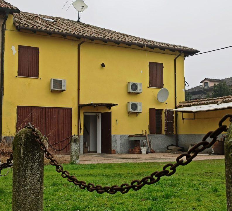 esterno casa a schiera a Mezzani