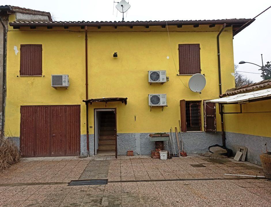 cortile casa a schiera a Mezzani