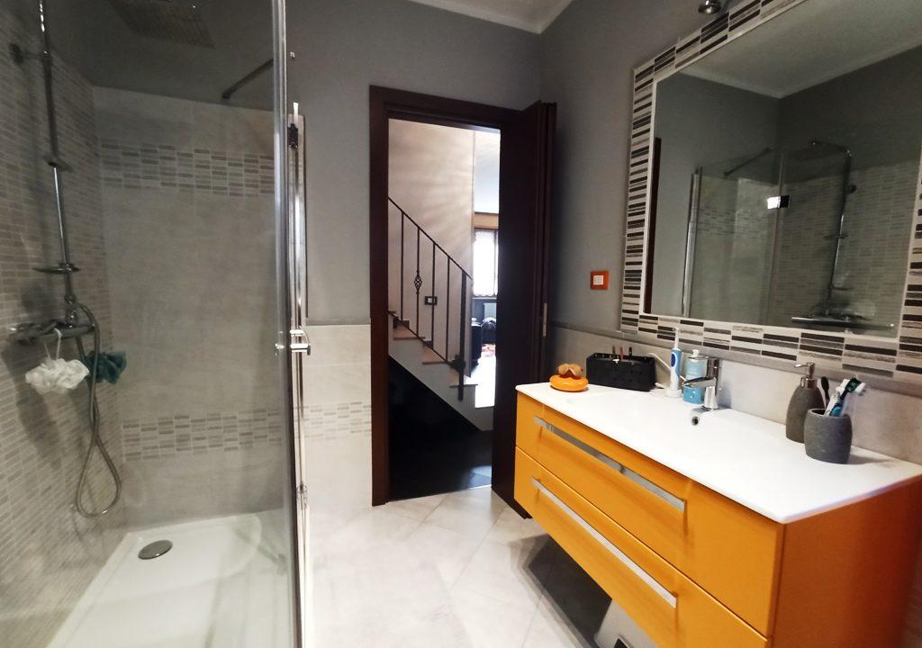 bagno piano terra appartamento con giardino Colorno