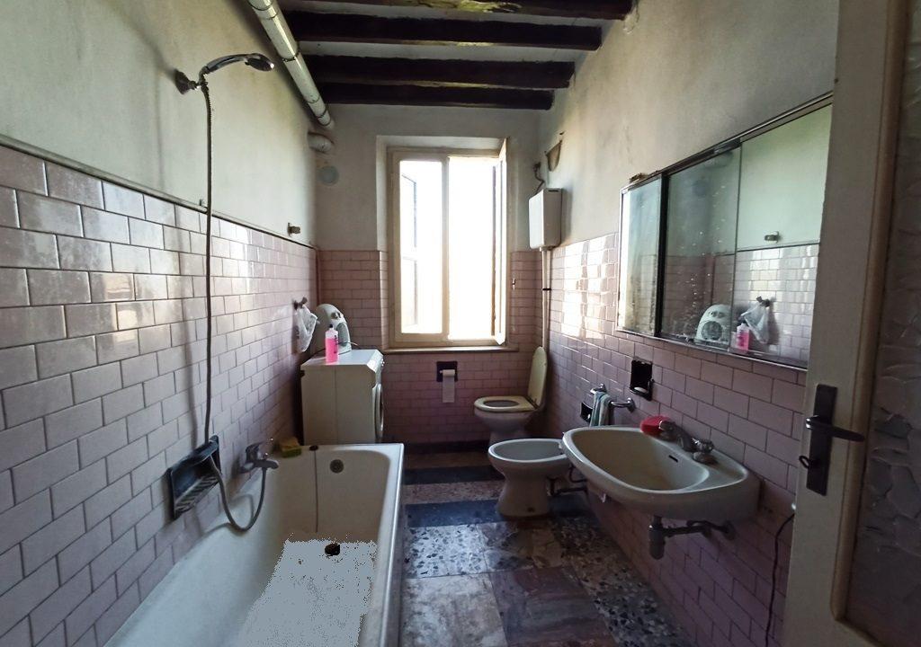 bagno casa da ristrutturare Colorno campagna