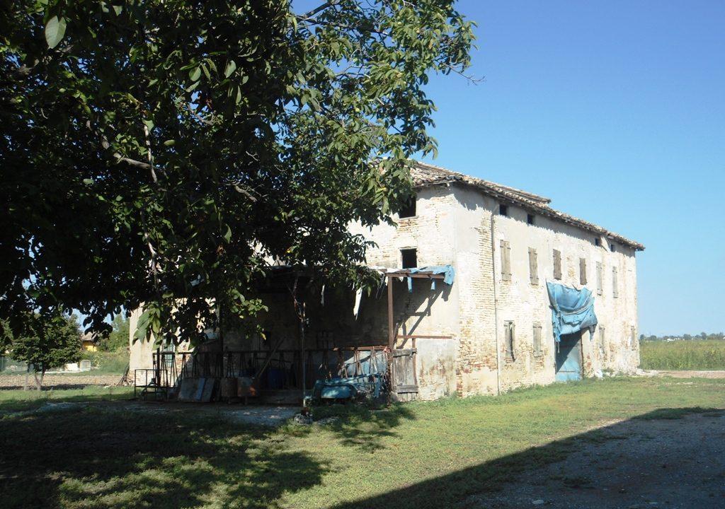esterno casa in campagna da ristrutturare Parma