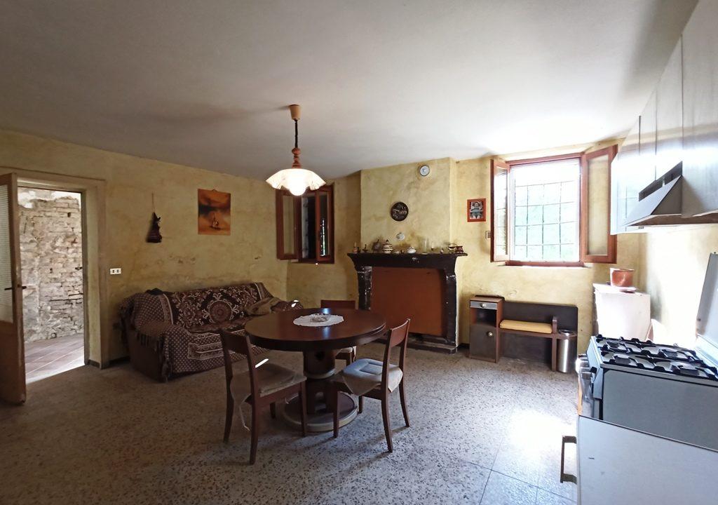 soggiorno-angolo cottura casa da ristrutturare Colorno campagna