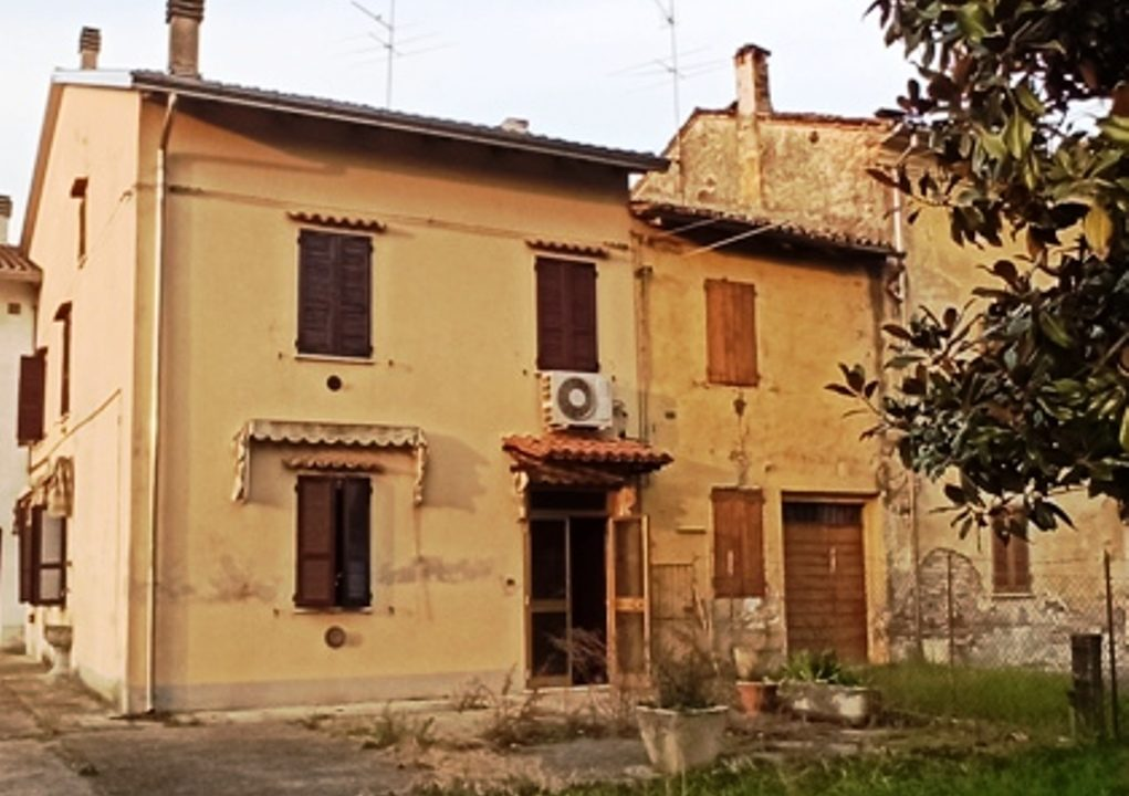 facciata casa da ristrutturare Sissa