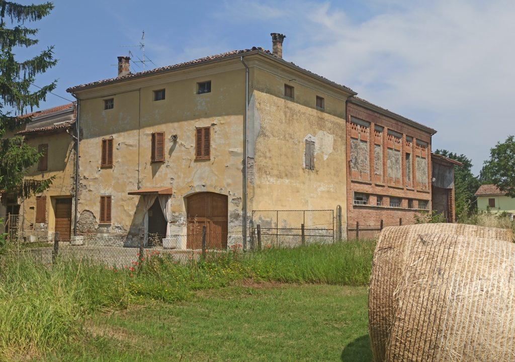 facciata casale da ristrutturare