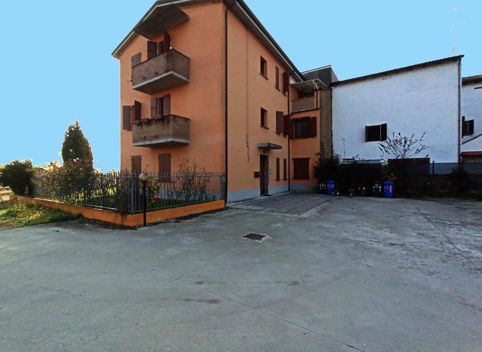 facciata appartamento con giardino Mezzano Superiore